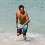 Scott Eastwood se da un baño en las aguas de Miami