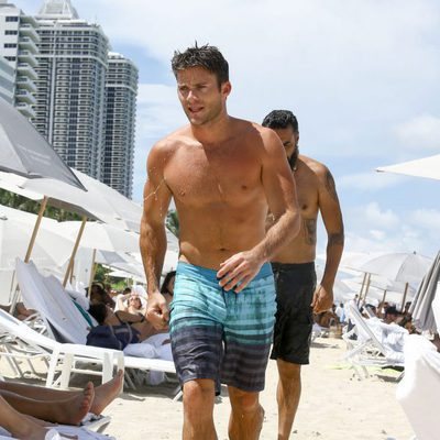 Scott Eastwood luce cuerpazo en la playa de Miami