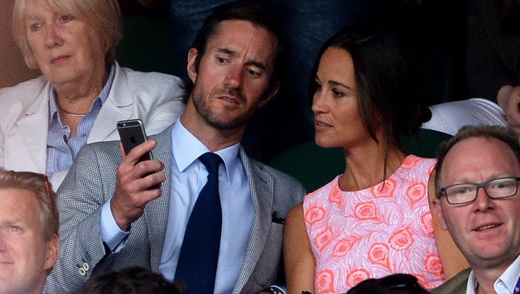 Pippa Middleton y James Matthews miran el móvil en Wimbledon 2016