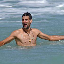 Novak Djokovic desnudo en el mar