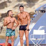Cristiano Ronaldo muy sonriente con un amigo