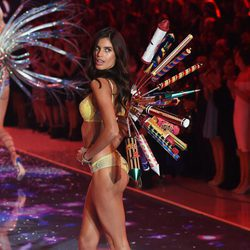 Sara Sampaio desfilando en el Victoria's Secret Fashion Show 2015