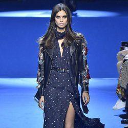 Sara Sampaio desfilando para Elie Saab en la Semana de la Moda de París