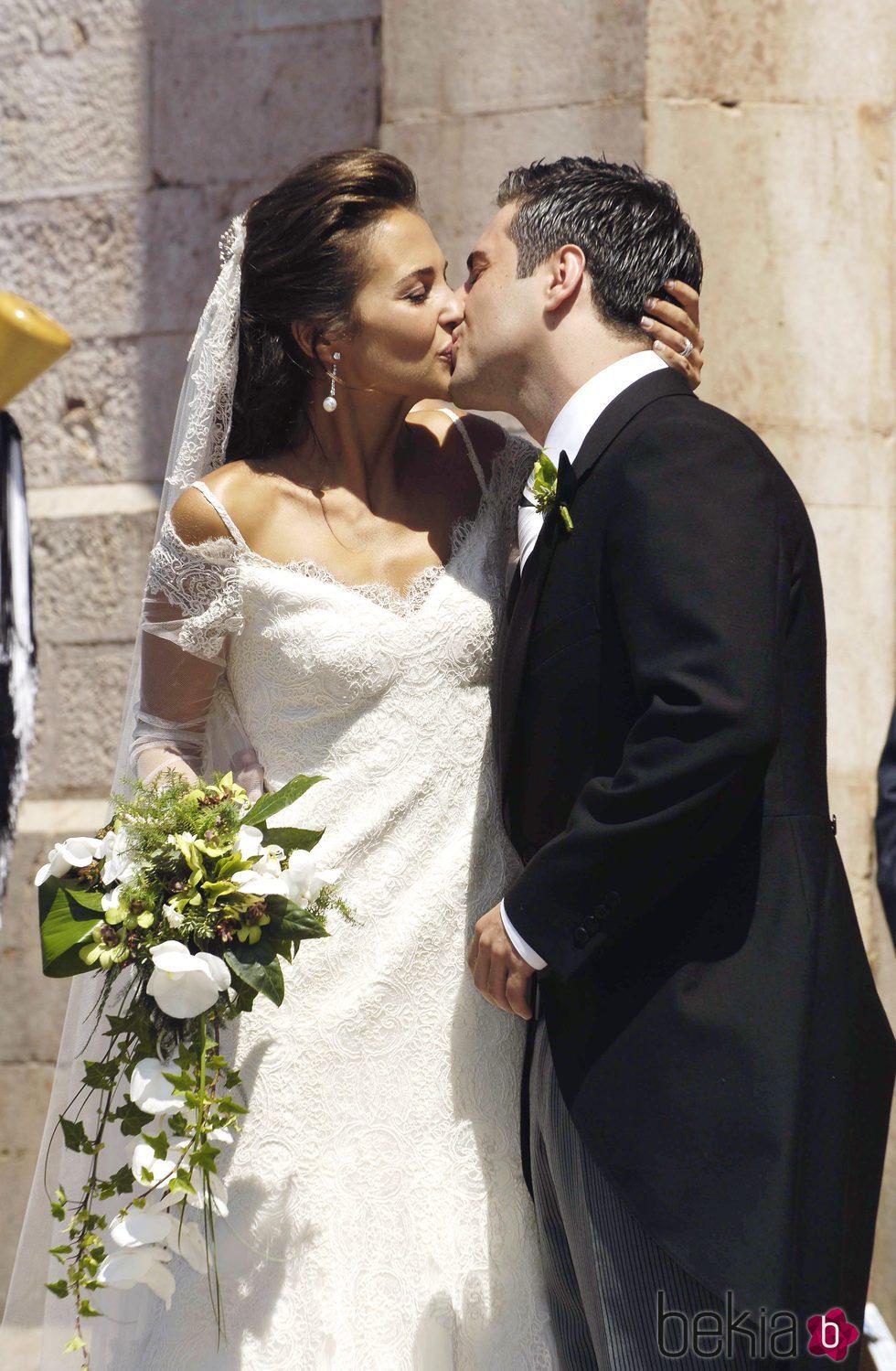 Paula Echevarría y David Bustamante besándose en su boda
