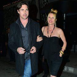 Nicollette Sheridan y su marido Aaron Phypers en Los Ángeles