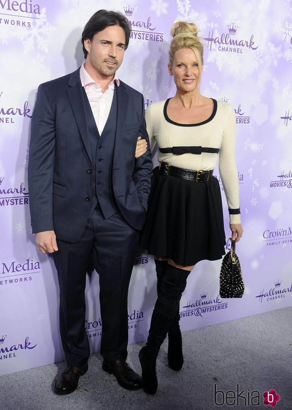 Nicollette Sheridan y su marido Aaron Phypers en un evento