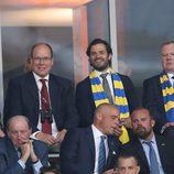 Alberto de Mónaco y Carlos Felipe de Suecia viendo un partido de fútbol