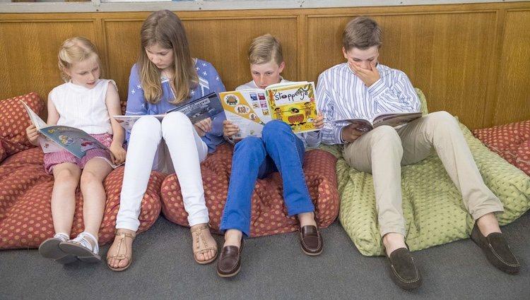Los hijos de los Reyes de Bélgica leyendo en el Museo del Cómic de Bruselas