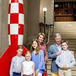 Felipe y Matilde de Bélgica con sus hijos en el Museo del Cómic de Bruselas
