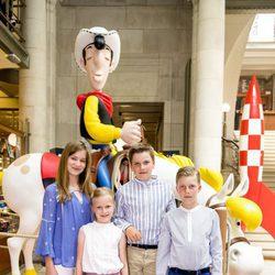 Isabel, Leonor, Gabriel y Emmanuel de Bélgica en el Museo del Cómic de Bruselas