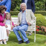 Los Reyes de Suecia con su nieta Estela durante su posado de verano en Solliden