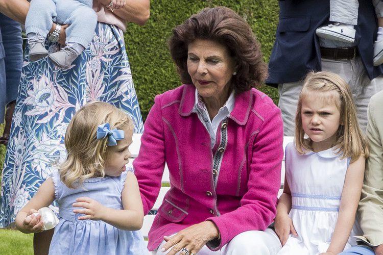 Silvia de Suecia intenta coger a su nieta Leonor en el posado de verano de la Familia Real Sueca en Solliden