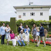 Carlos Felipe de Suecia lleva en volandas a su sobrina Leonor para que vuelva al posado de la Familia Real Sueca