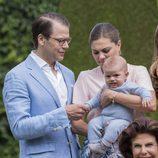 Oscar de Suecia en su primer posado de verano con sus padres Victoria y Daniel de Suecia en Solliden