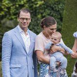 Victoria y Daniel de Suecia con su hijo Oscar en Solliden