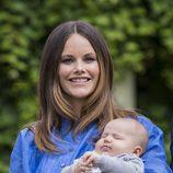 Sofia Hellqvist con su hijo Alejandro de Suecia en su primer posado de verano en Solliden