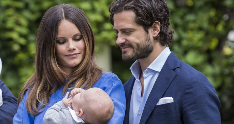 Carlos Felipe de Suecia y Sofia Hellqvist posan por primera vez con su hijo Alejandro en Solliden