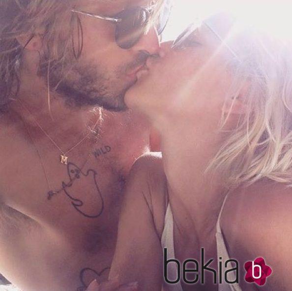 Ana Fernández y Adrián Roma besándose durante sus vacaciones en Mallorca