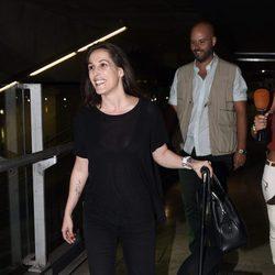 Malú en el aeropuerto tras sus vacaciones en París con Gonzalo Miró