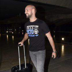 Gonzalo Miró en el aeropuerto tras sus vacaciones en París con Malú