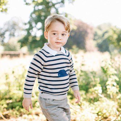 El Príncipe Jorge de Cambridge posando por su tercer cumpleaños