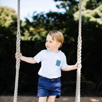 El Príncipe Jorge de Cambridge columpiándose por su tercer cumpleaños