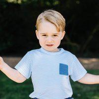 El Príncipe Jorge de Cambridge sentado en un columpio por su tercer cumpleaños