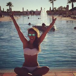 Paula Echevarría luciendo bikini en una piscina en Sancti Petri