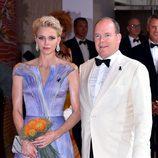 Los Príncipes Alberto y  Charlene de Mónaco en el baile de la Cruz Roja 2016