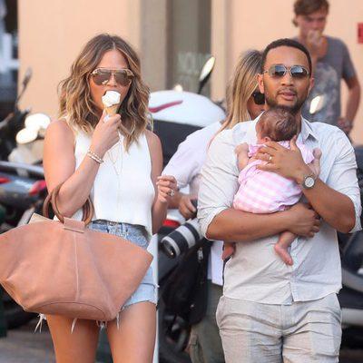 Chrissy Teigen y John Legend de paseo por Saint-Tropez con su hija Luna