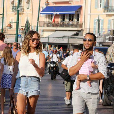Chrissy Teigen y John Legend por las calles de Saint-Tropez con su hija Luna