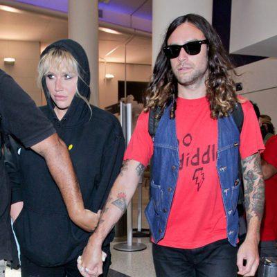 Kesha y Brad Ashenfelter en el aeropuerto de Los Ángeles