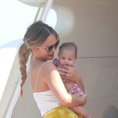 Chrissy Teigen junto a su hija Luna en un yate de Saint-Tropez