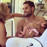 Mario Suárez disfrutando de un tierno momento junto a su hija y su madre