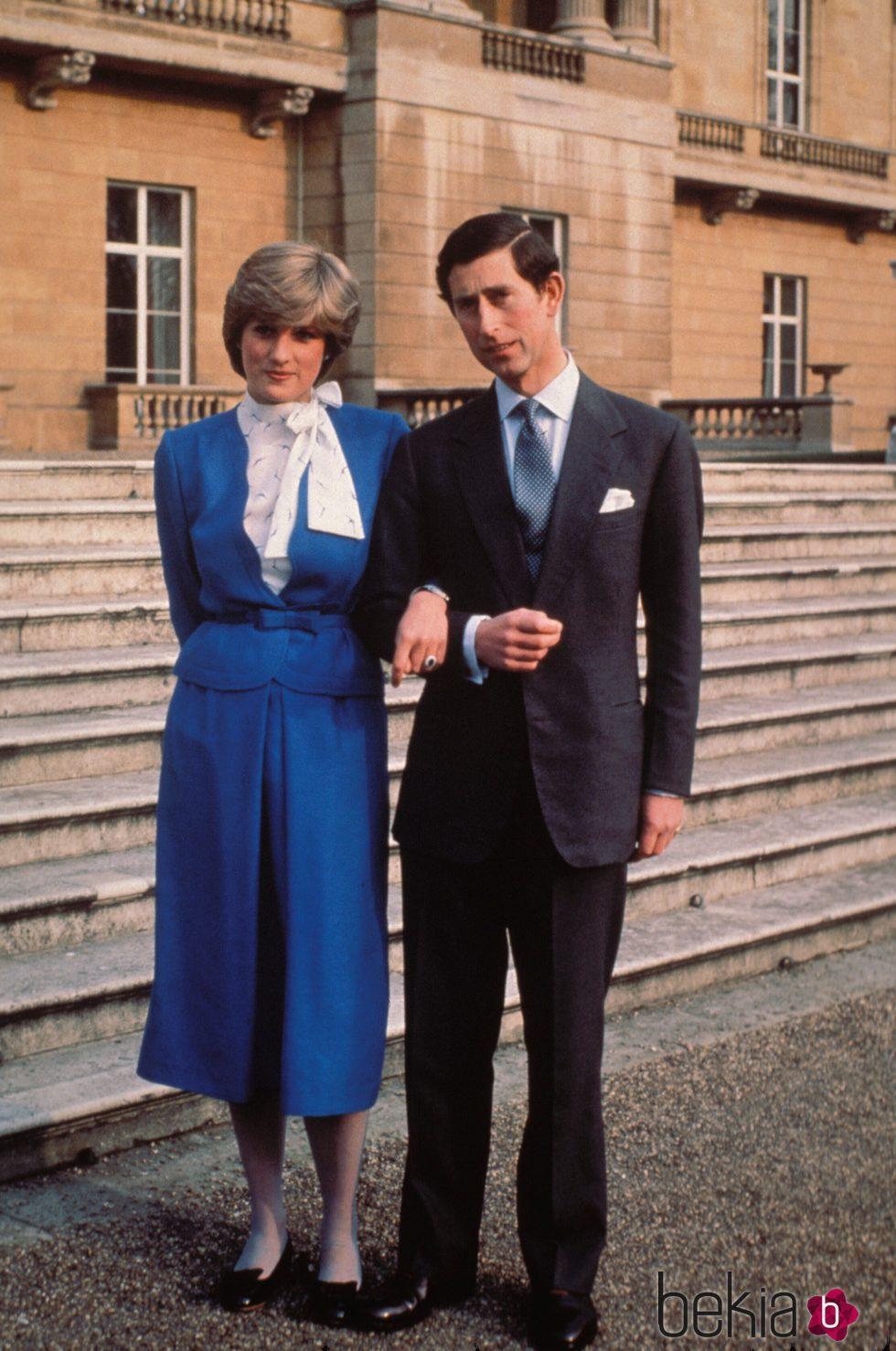 El Príncipe Carlos y Lady Di anuncian su compromiso