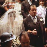 Lady Di camina al altar del brazo de su padre en su boda con el Príncipe Carlos