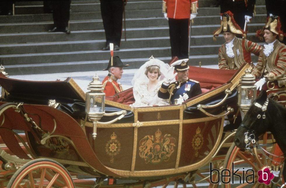 El Príncipe Carlos y Lady Di recorren Londres en un carruaje el día de su boda