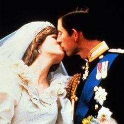 El Príncipe Carlos y Lady besándose en su boda