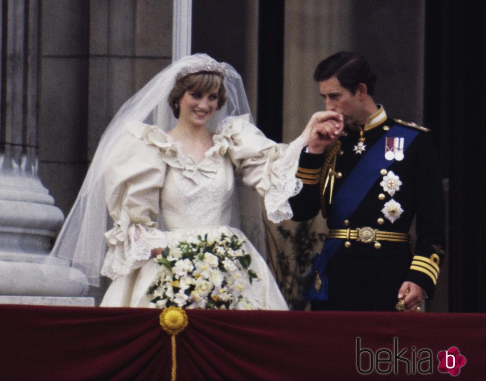 Carlos de Inglaterra besa la mano de Lady Di en su boda