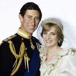 El Príncipe Carlos y Lady Di posan sonrientes el día de su boda