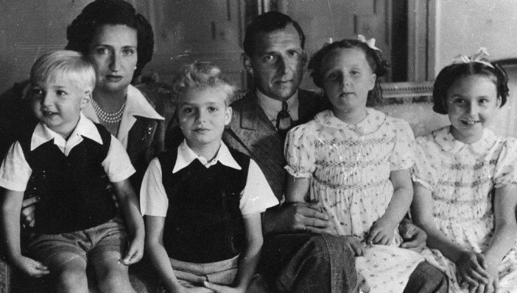 Los Condes de Barcelona con sus hijos Pilar, Juan Carlos, Alfonso y Margarita