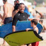 Toño Sanchís y uno de sus hijos con tablas e surf