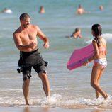 Toño Sanchís y su hija en la playa de Cádiz