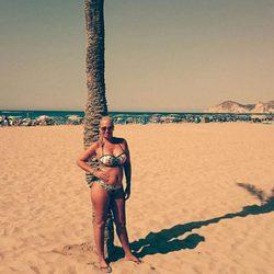 Belén Esteban posa en bikini junto a una palmera en la playa