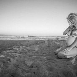 Azahara ('GH 15') luciendo una increíble barriga en la playa