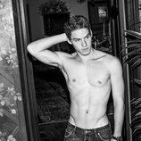 Tyler Clinton con el torso desnudo