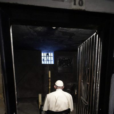 El Papa Francisco reza por el fraile Maximiliano Kolbe, quien dio la vida por otro hombre