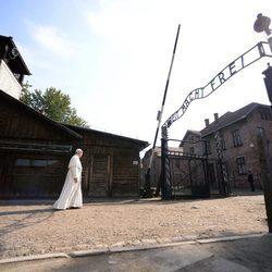 El Papa Francisco accedió en silencio al excampo de exterminio de Auschwitz