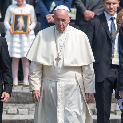 El Papa Francisco con semblante serio paseando por el excampo de concentración de Auschwitz