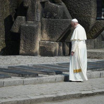 El Papa Francisco delante de unas tumbas de fallecidos en el campo de concentración nazi de Auschwitz
